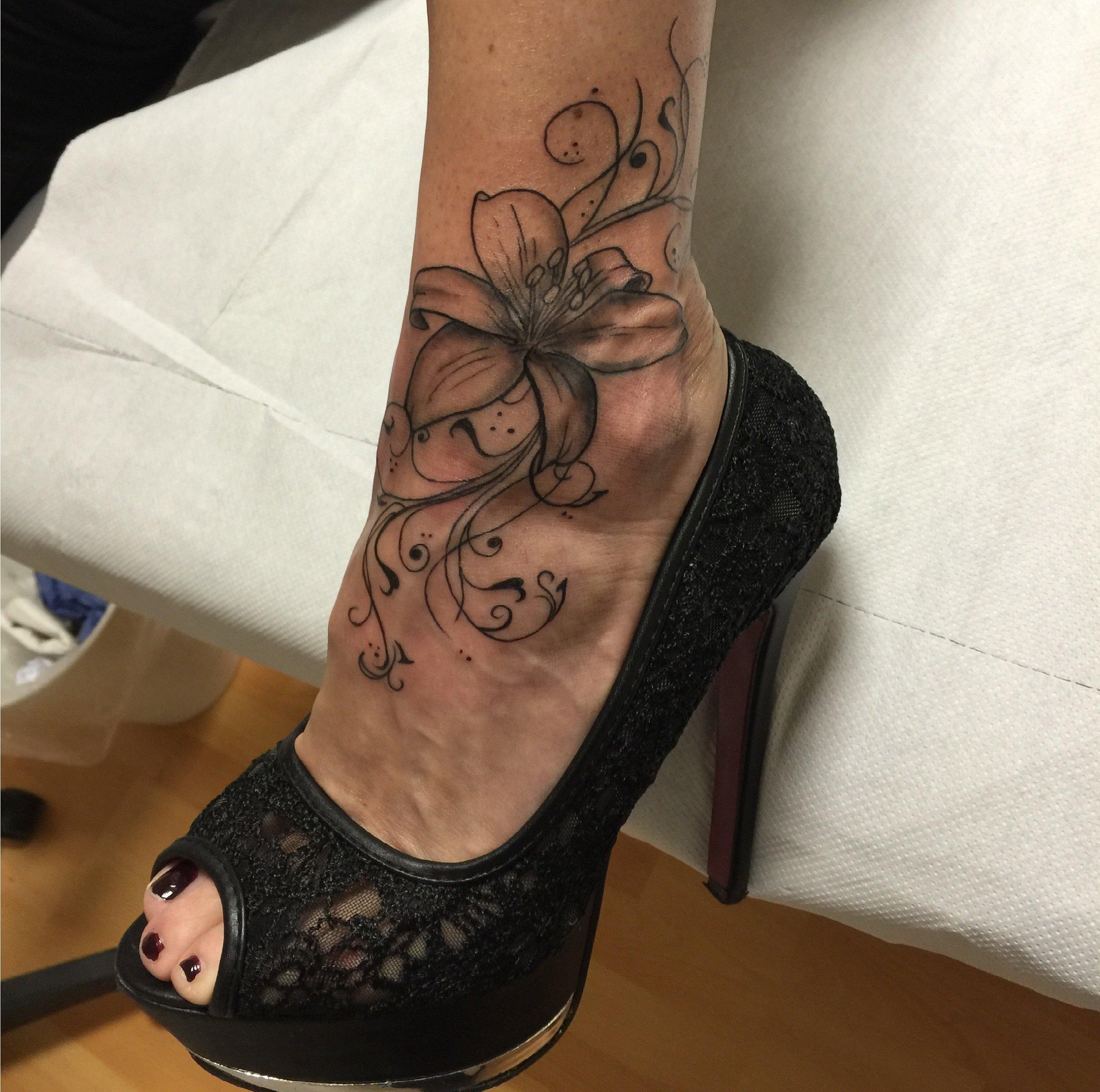 Tatuaggio di un Giglio sul piede