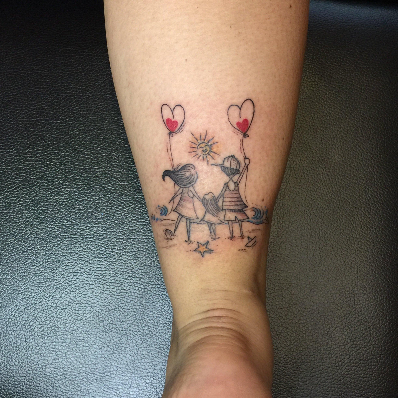 Tatuaggio sotto il polpaccio di tre bambini felici